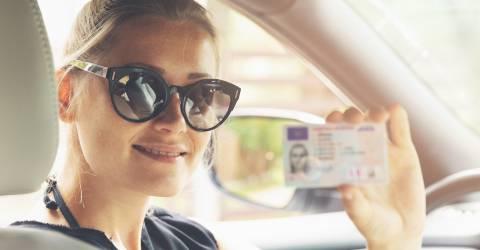 Jonge vrouw geslaagd voor rijbewijs